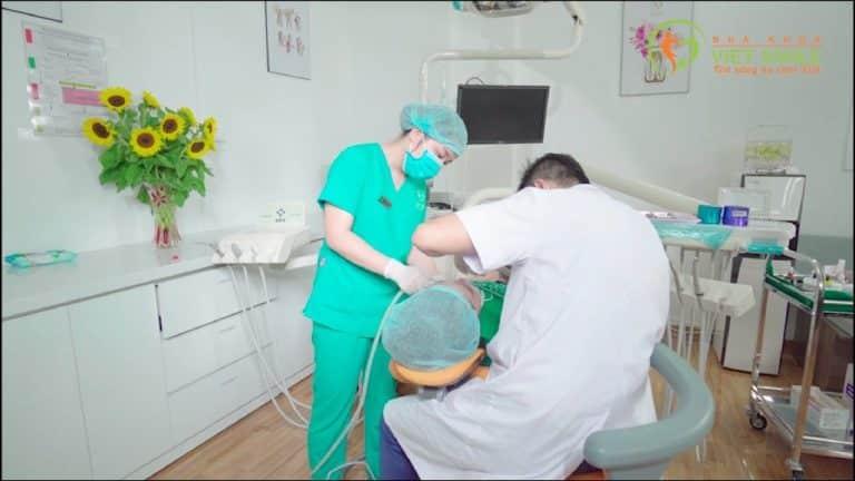 Bác sĩ làm mịn bên ngoài bề mặt răng để đưa miếng dán veneer vào