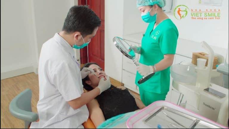 Bác sĩ khám tư vấn tổng quát sức khỏe răng miệng và tư vấn chi tiết cho khách hàng